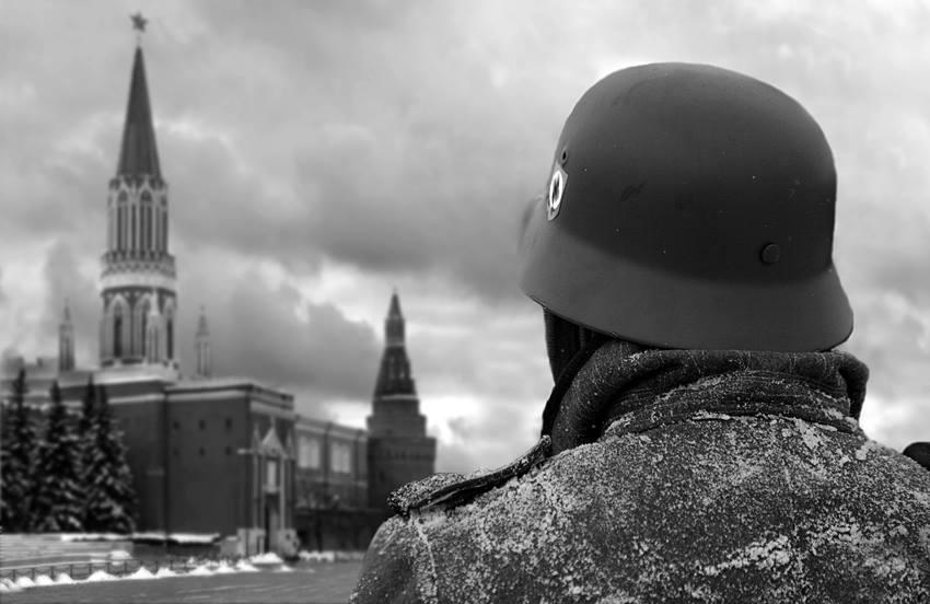 Montaje fotográfico en el portal Facebook de m8l8th.division. Viene acompañado del siguiente comentario en alemán: Wir kommen wieder! [Volveremos!)
