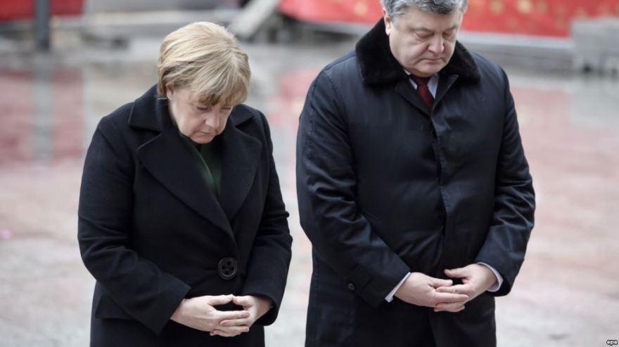 Poroshenko y Merkel rinden homenaje a las víctimas del último atentado en Berlín.