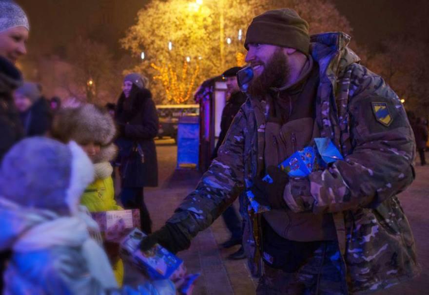 alexei-levkin-con-uniforme-de-azov-distribuyendo-regalos-en-mariupol-unos-pocos-dias-despues-de-su-participacion-en-el-asgardsrei-v