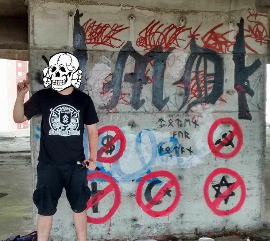 Militante con el emblema de la sección brasileña de la MD. En el muro, sintetizados sus enemigos: cristianos, musulmanes, judíos, capitalistas y comunistas.