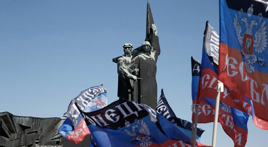 motyl_whenukrainelostdonetsk_statueflag